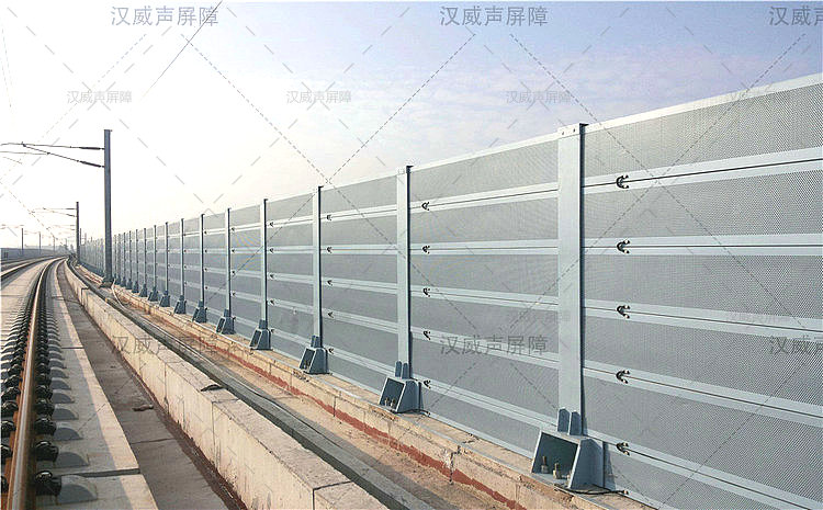 湖北宜昌火车轨道顶部弧形隔音墙